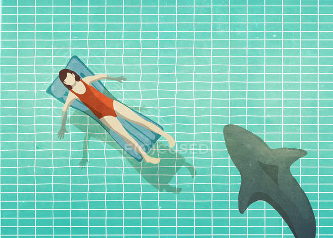 Tubarão nadando perto de mulher de maiô jangada inflável — Fotografia de Stock