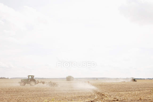 Tractor plowing sunny, agricultural field, Wiendorf, Mecklenburg-Vorpommern, Germany — Stock Photo