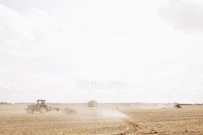 Trattore che ara campo soleggiato, agricola, Wiendorf, Meclemburgo-Pomerania anteriore, Germania — Foto stock