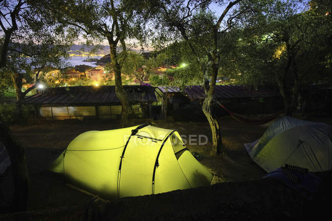 Tente de camping rougeoyant au crépuscule, Tellaro, Toscane, Italie — Photo de stock