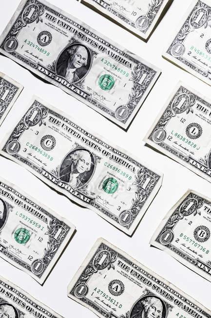 Billetes de un dólar sobre fondo blanco - foto de stock