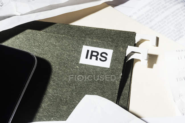 Fermez le fichier des impôts IRS et les documents financiers — Photo de stock