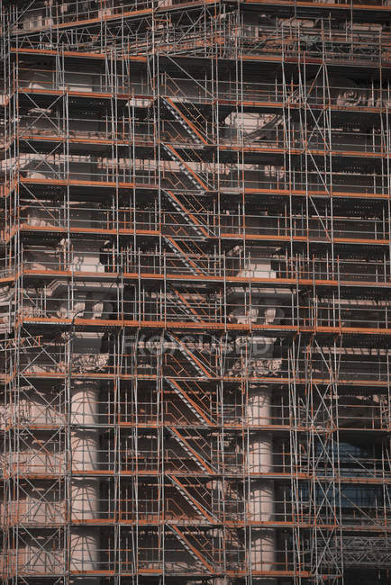 Scaffolding along highrise building under construction — Stock Photo