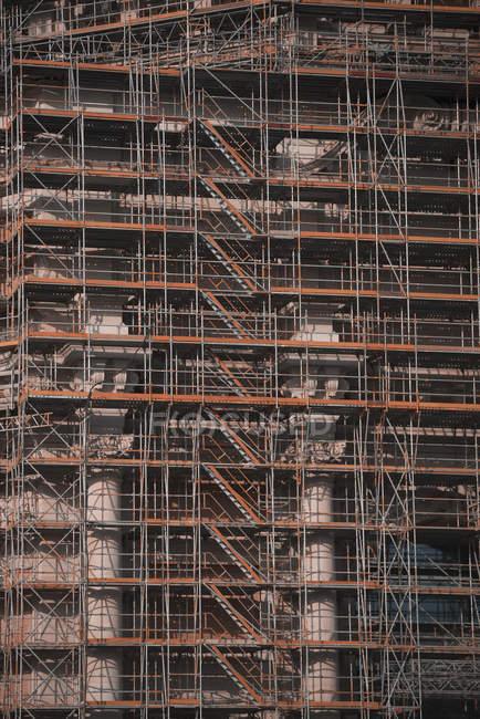 Ponteggi lungo grattacielo in costruzione — Foto stock