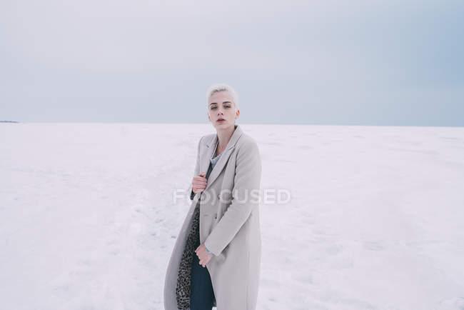 Porträt selbstbewusste junge Frau in verschneiter Landschaft — Stockfoto