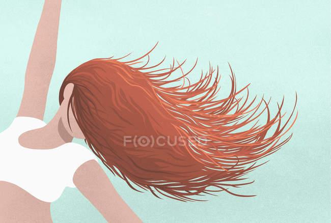 Donna spensierata danza, lanciando i capelli sul viso — Foto stock