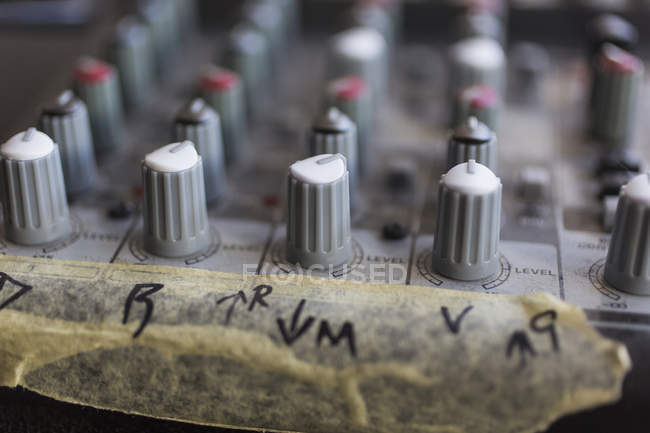 Закрыть регулятор звука с маркировкой на ленте — стоковое фото