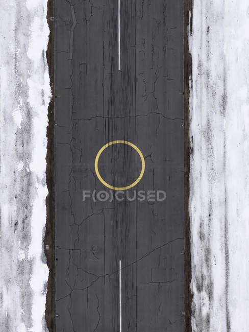 Cerchio di atterraggio elicottero vista aerea su asfalto aeroporto circondato dalla neve — Foto stock