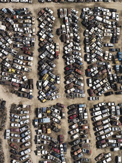 Старые автомобили с воздуха на свалке, Бейкерсфилд, Калифорния, США — стоковое фото