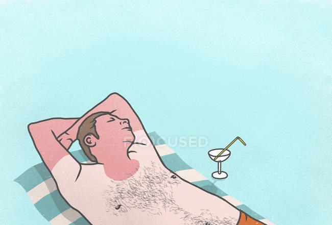 Un coup de soleil homme avec cocktail dormant sur serviette — Photo de stock