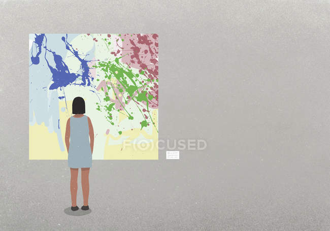 Donna che guarda la pittura astratta nel museo — Foto stock