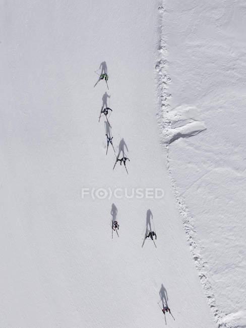 Vue aérienne de skieurs sur la pente enneigée, St. Moritz, Suisse — Photo de stock