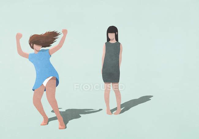Femme timide regarder femme insouciante dansant sur fond bleu — Photo de stock