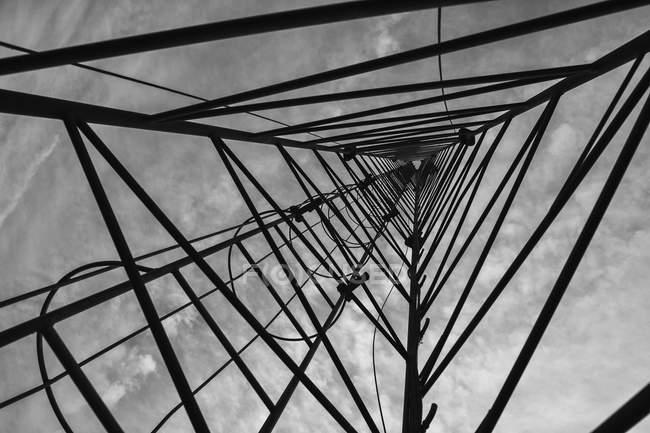 Переглянути знизу трикутної комунікацій башта — стокове фото