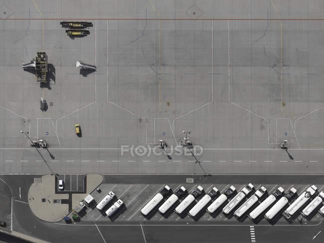 Автомобили с видом на воздушное пространство припаркованы на взлетной полосе аэропорта — стоковое фото