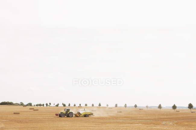 Трактор в сельской местности, Вендорф, Мекленбург-Передняя Померания, Германия — стоковое фото