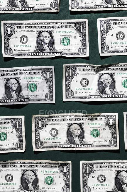 Billetes de un dólar sobre fondo verde - foto de stock