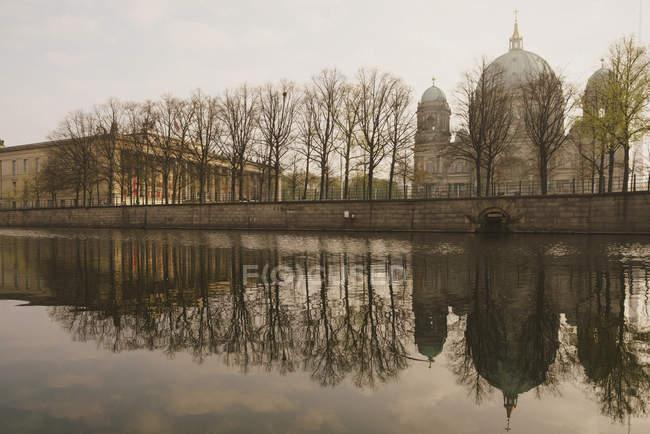 Berliner Dom an der ruhigen Spree, berlin, deutschland — Stockfoto