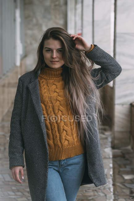 Ritratto giovane donna sicura di sé — Foto stock
