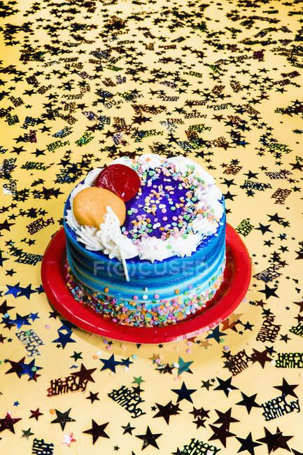 Ainda vida confete estrela e bolo de aniversário — Fotografia de Stock
