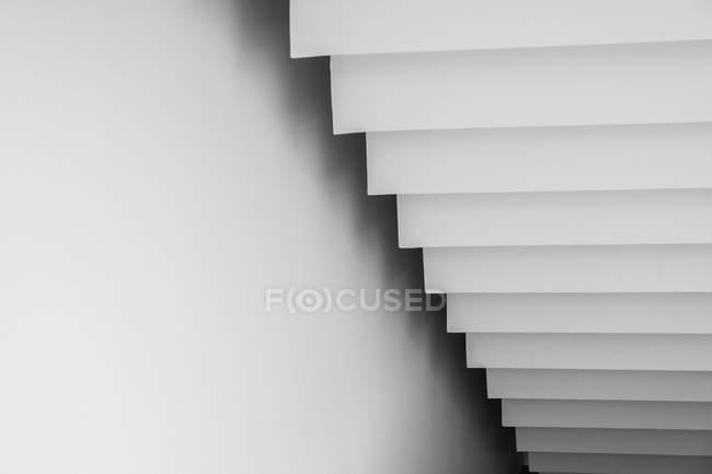 Weiße Treppe von unten — Stockfoto