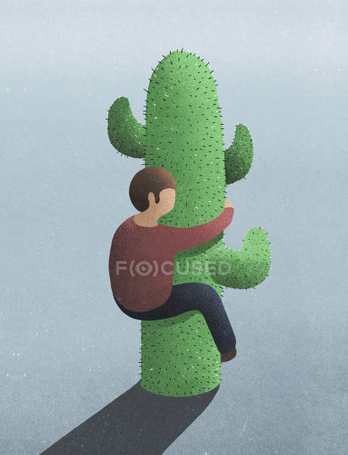 Человек, обнимающий колючий кактус — стоковое фото