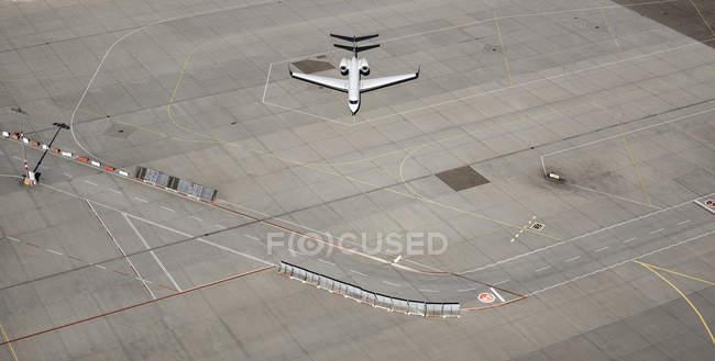 Пташиного польоту приватний літак на злітній смузі аеропорту автозаправці — стокове фото