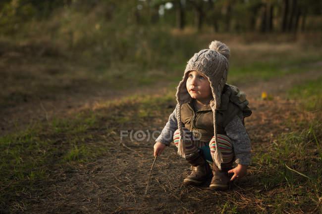 Fille mignonne jouer avec des bâtons — Photo de stock