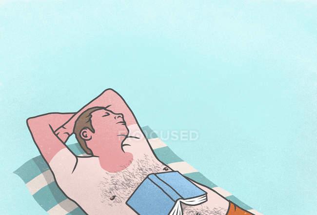 Загорелый мужчина с книгой, спящий на полотенце — стоковое фото