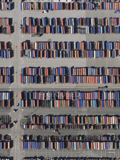 Поезда с видом с воздуха на солнечной маневровой станции, Лос-Анджелес, Калифорния, США — стоковое фото