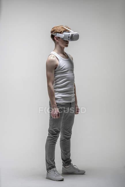 Junger Mann mit Virtual-Reality-Simulator-Brille — Stockfoto