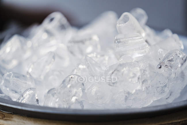 Кубики льда на подносе — стоковое фото