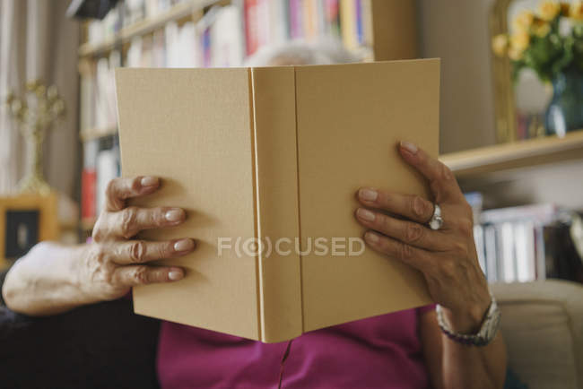 Senior woman reading book — Stock Photo