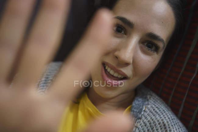 Портрет застенчивой женщины блокирующий камеру — стоковое фото