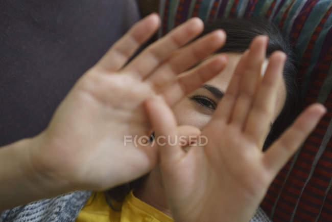 Портрет застенчивой женщины с руками перед лицом — стоковое фото