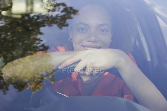 Retrato confiado joven mujer conduciendo coche - foto de stock