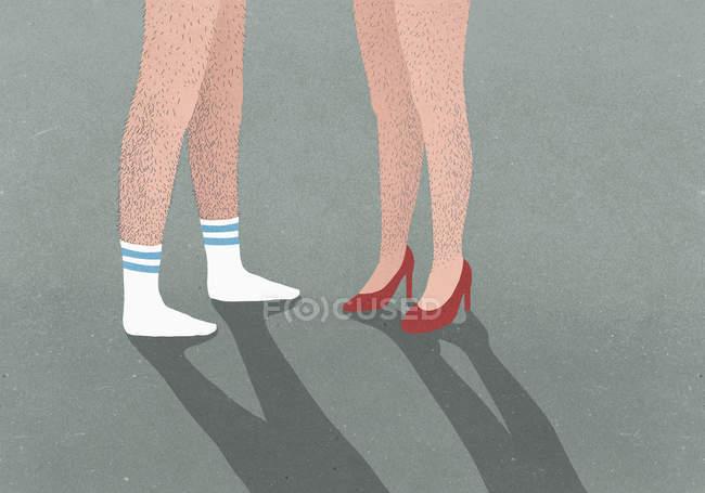 Faible section d'un homme portant des chaussettes de sport et de la femme portant des talons hauts avec des jambes poilues — Photo de stock