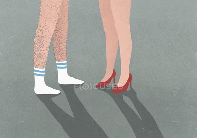 Homme de faible section avec des pattes velues portant des chaussettes de sport et de la femme portant des talons hauts — Photo de stock