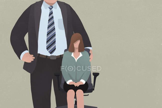 Empresária sentada na cadeira do escritório ao lado de um homem gigante de terno — Fotografia de Stock