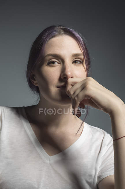Portrait confident young woman against gray background — Stock Photo