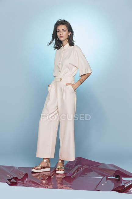 Retrato da moda feminina modelo posando contra o fundo azul — Fotografia de Stock