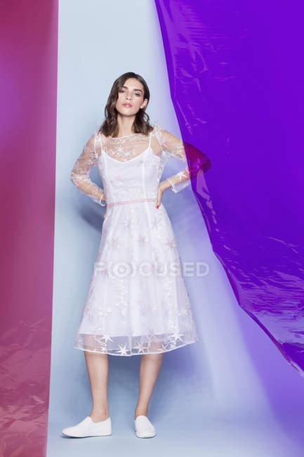 Молодые девушки моды модель белое платье и позирует с цветными панелями — стоковое фото