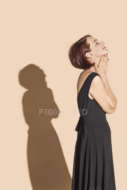 Donna serena in abito nero — Foto stock