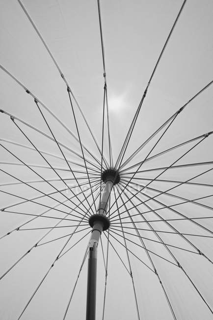 Debaixo do guarda-chuva de praia branco — Fotografia de Stock