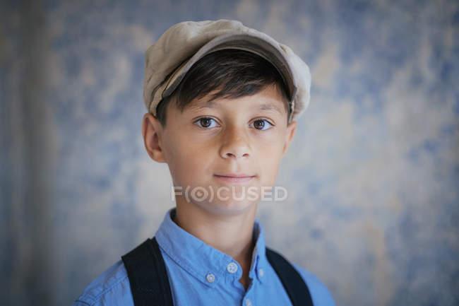 Retrato menino confiante usando boné — Fotografia de Stock