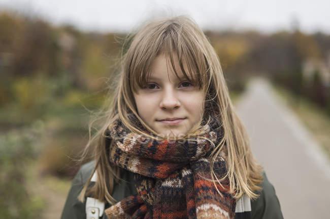 Портрет уверенной в себе девушки в шарфе — стоковое фото