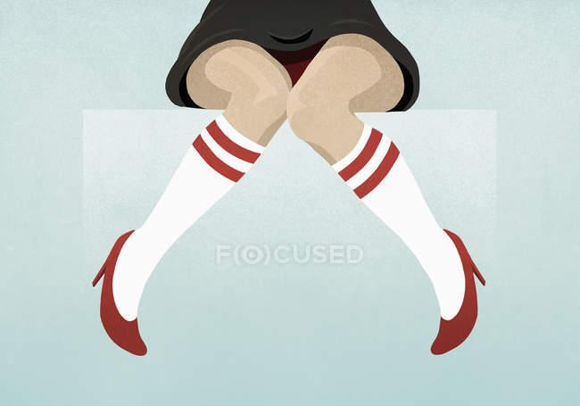 Женщина в красных каблуках и носках до колен — стоковое фото