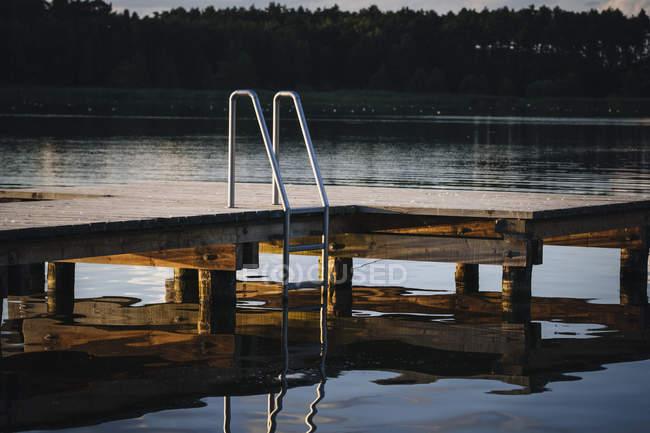 Причал с лестницей над озером, Барним, Мекленбург-Передняя Померания, Германия — стоковое фото