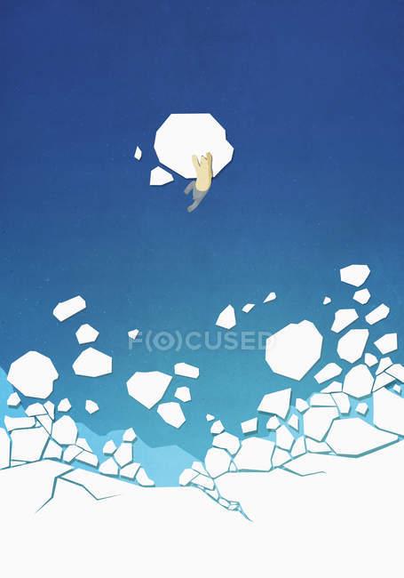 Вид сверху на восхождение белого медведя по льду в океане — стоковое фото