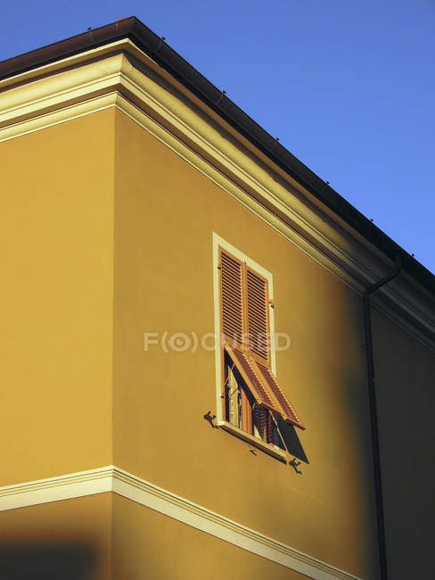 Sunlight shining on yellow building with shutters, Lerici, Liguria, Italy — Stock Photo